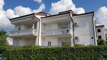 Njivice, Krk, Objekt 5295 - Apartmaji v bližini morja s prodnato plažo.