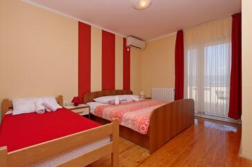Vrbnik, Sypialnia w zakwaterowaniu typu room, dostupna klima i WIFI.