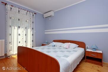 Vrbnik, Bedroom in the room, dostupna klima i WIFI.