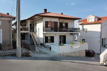 Vrbnik, Krk, Obiekt 5301 - Kwatery ze żwirową plażą.