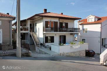 Vrbnik, Krk, Объект 5301 - Апартаменты и комнаты с галечным пляжем.