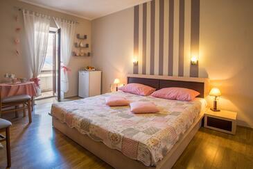 Vrbnik, Ložnice v ubytování typu room, domácí mazlíčci povoleni a WiFi.