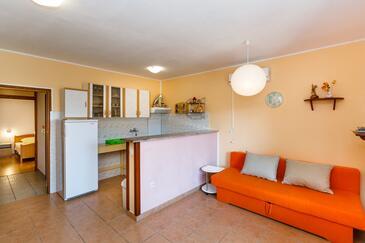 Kornić, Obývací pokoj v ubytování typu apartment, s klimatizací a WiFi.