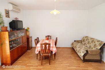 Nenadići, Dining room in the apartment, dostupna klima i WIFI.