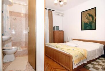 Pag, Sypialnia w zakwaterowaniu typu room, dostupna klima i WIFI.