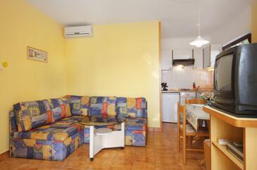 Njivice, Obývacia izba v ubytovacej jednotke studio-apartment, klimatizácia k dispozícii, domáci miláčikovia povolení a WiFi.
