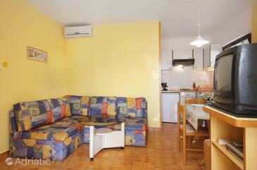 Njivice, Гостиная в размещении типа studio-apartment, доступный кондиционер, Домашние животные допускаются и WiFi.