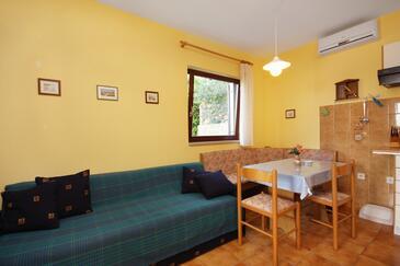 Njivice, Столовая в размещении типа studio-apartment, доступный кондиционер, Домашние животные допускаются и WiFi.