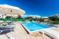 Apartmaji z bazenom za družine z otroci Baška (Krk) - 5331