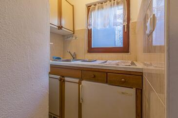 Selce, Kuhinja u smještaju tipa studio-apartment.