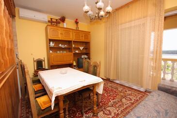 Punat, Sufragerie 1 în unitate de cazare tip apartment, aer condiționat disponibil şi WiFi.