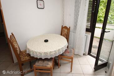Malinska, Jídelna v ubytování typu apartment, domácí mazlíčci povoleni a WiFi.