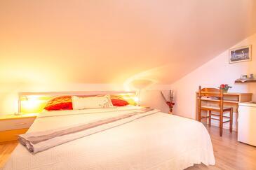 Njivice, Spálňa v ubytovacej jednotke room, dostupna klima, dopusteni kucni ljubimci i WIFI.