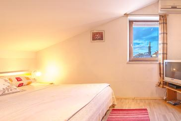 Njivice, Bedroom in the room, air condition available, (pet friendly) and WiFi.