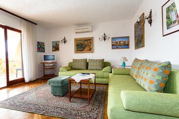 Kornić, Living room in the apartment, dostupna klima, dopusteni kucni ljubimci i WIFI.