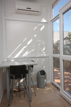 Jelsa, Blagovaonica u smještaju tipa apartment, dostupna klima i WiFi.