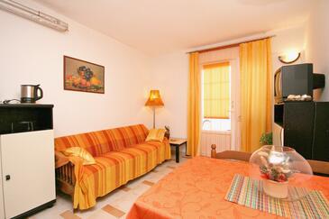 Vrbnik, Dnevni boravak u smještaju tipa apartment, dostupna klima, kućni ljubimci dozvoljeni i WiFi.