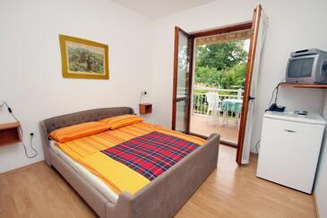 Njivice, Spálňa v ubytovacej jednotke room, klimatizácia k dispozícii, domáci miláčikovia povolení a WiFi.