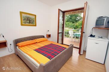 Njivice, Spavaća soba u smještaju tipa room, dostupna klima, kućni ljubimci dozvoljeni i WiFi.