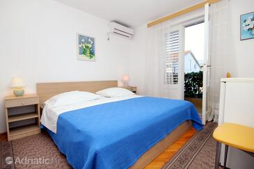 Vrboska, Bedroom in the room, air condition available and WiFi.