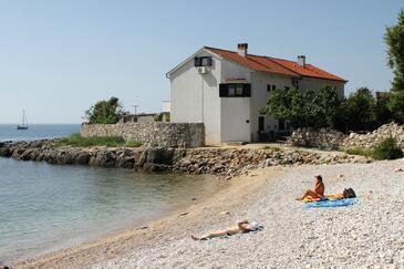 Krk, Krk, Objekt 5400 - Ubytovanie blízko mora s kamienkovou plážou.
