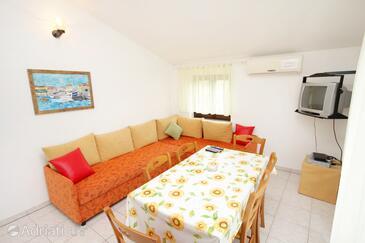 Batomalj, Living room in the apartment, dostupna klima i dopusteni kucni ljubimci.