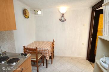Kornić, Jídelna v ubytování typu studio-apartment, domácí mazlíčci povoleni a WiFi.