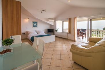 Krk, Dnevni boravak u smještaju tipa apartment, dostupna klima, kućni ljubimci dozvoljeni i WiFi.