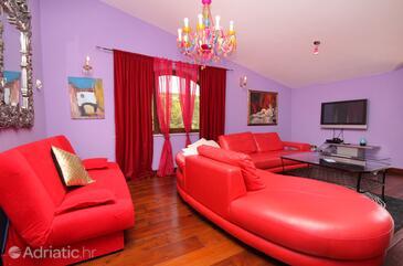 Vrbnik, Living room in the apartment, dostupna klima.