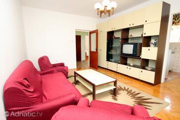 Punat, Living room in the apartment, dostupna klima i WIFI.
