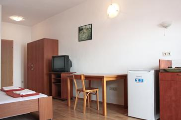 Selce, Dining room in the studio-apartment, dostupna klima i WIFI.