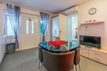 Crikvenica, Jídelna v ubytování typu studio-apartment, s klimatizací, domácí mazlíčci povoleni a WiFi.