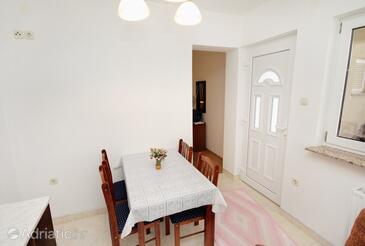 Novi Vinodolski, Jedáleň v ubytovacej jednotke studio-apartment, domáci miláčikovia povolení a WiFi.