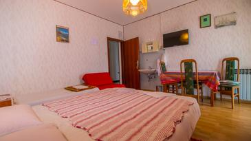Crikvenica, Dining room in the studio-apartment, (pet friendly) and WiFi.