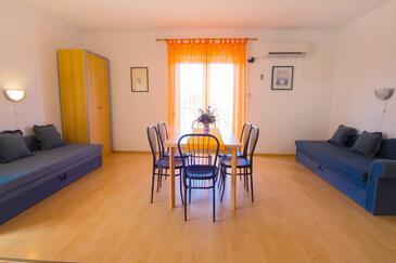 Crikvenica, Dining room in the apartment, dostupna klima, dopusteni kucni ljubimci i WIFI.