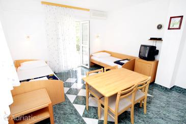 Jadranovo, Blagovaonica u smještaju tipa apartment, dostupna klima i WiFi.