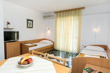 Jadranovo, Dining room in the apartment, dostupna klima i WIFI.
