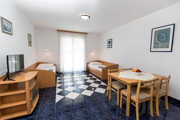 Jadranovo, Jídelna v ubytování typu studio-apartment, s klimatizací a WiFi.