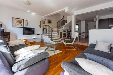 Novi Vinodolski, Obývacia izba 1 v ubytovacej jednotke house, dostupna klima, dopusteni kucni ljubimci i WIFI.