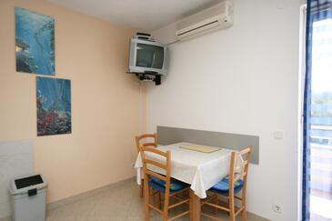 Dramalj, Jadalnia w zakwaterowaniu typu studio-apartment, dostupna klima i WIFI.