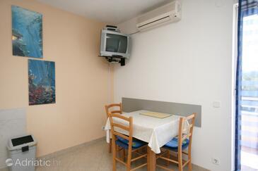 Dramalj, Blagovaonica u smještaju tipa studio-apartment, dostupna klima i WiFi.