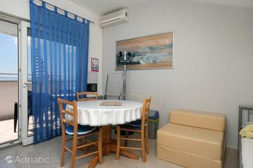 Dramalj, Dining room in the studio-apartment, dostupna klima i WIFI.