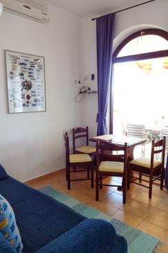 Klenovica, Eetkamer in the apartment, air condition available en WiFi.