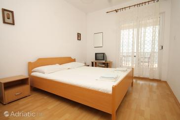 Milna, Bedroom in the room, air condition available and WiFi.