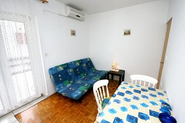 Crikvenica, Jídelna v ubytování typu apartment, s klimatizací, domácí mazlíčci povoleni a WiFi.
