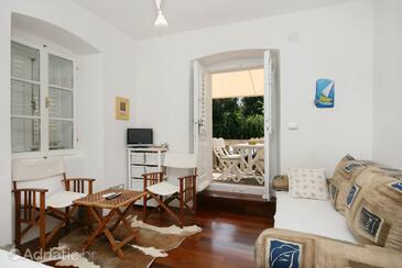 Punat, Blagovaonica u smještaju tipa studio-apartment, kućni ljubimci dozvoljeni i WiFi.