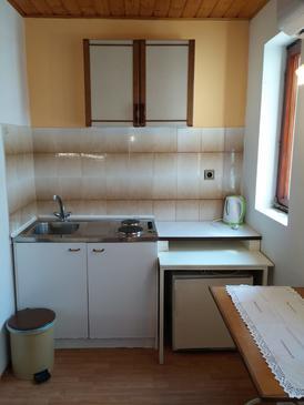 Klenovica, Kuchyně v ubytování typu studio-apartment, domácí mazlíčci povoleni a WiFi.