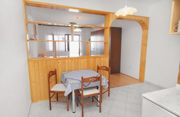 Klenovica, Jedáleň v ubytovacej jednotke studio-apartment, domáci miláčikovia povolení a WiFi.