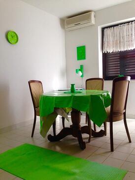 Klenovica, Jídelna v ubytování typu apartment, s klimatizací a domácí mazlíčci povoleni.
