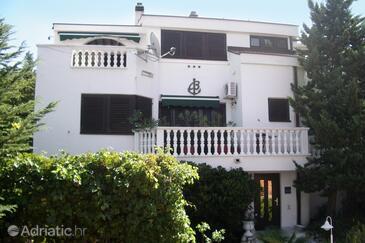 Klenovica, Novi Vinodolski, Объект 5590 - Апартаменты и комнаты с галечным пляжем.